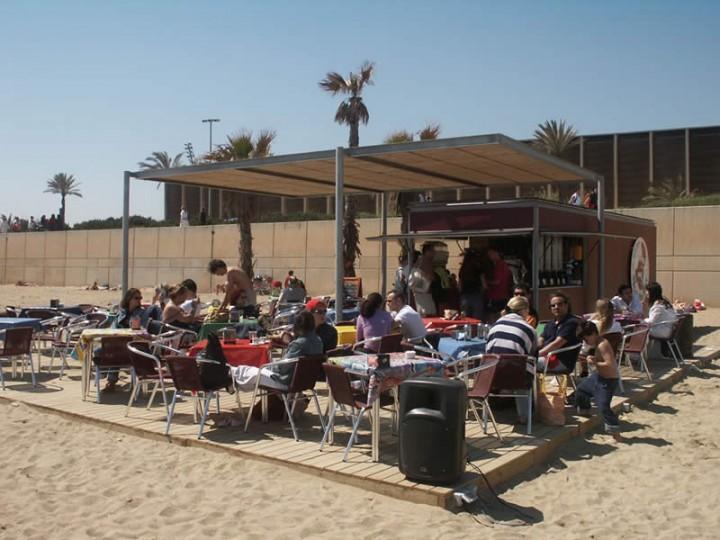 Дикие испанские пляжи оборудуют передвижными ларьками