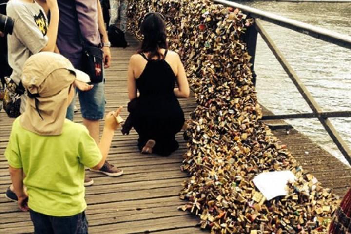 Обрушились перила моста в Париже