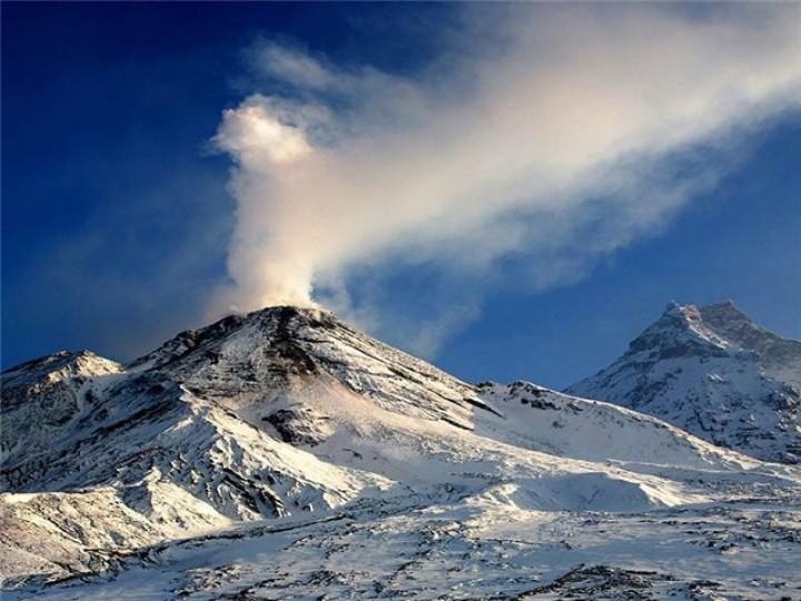 Самый северный камчатский вулкан вновь выбросил пепел