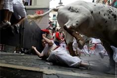 Быки напали на двух человек в Памплоне