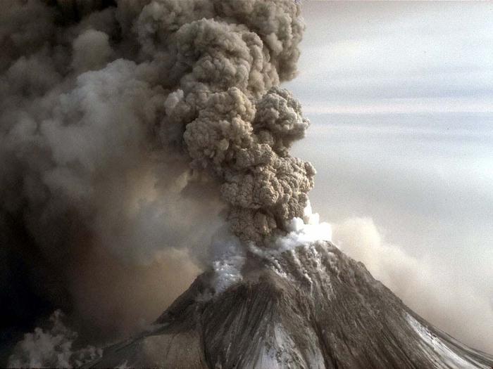 Вулкан на Камчатке выбросил пепел на высоту трех километров